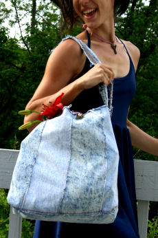 DIY Market Bag Made from Old JeansThis DIY market bag does double duty: recycles old denim and reduces your single use plastic consumption!