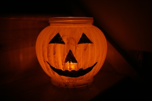 You can make this eco-friendly solar Jack-O-Lantern for less than the price of a real pumpkin. And it's reusable! Here is how.