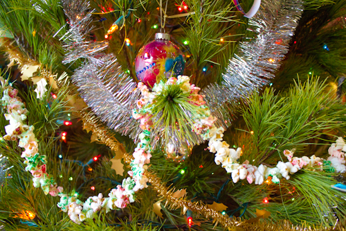 painted popcorn garland on the Christmas tree - How-to: Painted Popcorn Garland €� Crafting A Green World